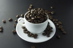 Chicchi di caffè caffè macinato e tazza di caffè nero Fotografia Stock Libera da Diritti