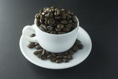 Chicchi di caffè caffè macinato e tazza di caffè nero Immagine Stock