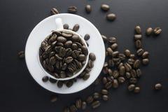 Chicchi di caffè caffè macinato e tazza di caffè nero Immagini Stock