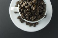 Chicchi di caffè caffè macinato e tazza di caffè nero Fotografia Stock