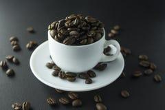 Chicchi di caffè caffè macinato e tazza di caffè nero Fotografie Stock Libere da Diritti