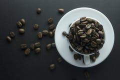 Chicchi di caffè caffè macinato e tazza di caffè nero Immagini Stock Libere da Diritti