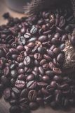 Chicchi di caffè nella borsa del sacco fotografia stock libera da diritti