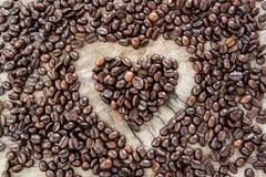 Chicchi di caffè nella figura del cuore Fotografia Stock