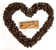 Chicchi di caffè nella forma del cuore e cannella nel centro Immagine Stock Libera da Diritti