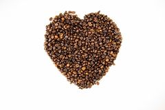 Chicchi di caffè nella forma della vista superiore del cuore immagini stock libere da diritti