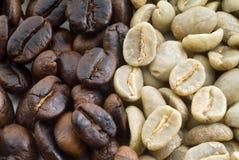 Chicchi di caffè neri e verdi Fotografia Stock