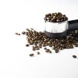 Chicchi di caffè nero sulla tavola Fotografia Stock