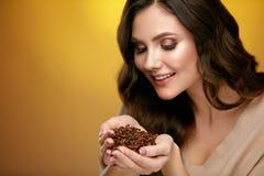 Chicchi di caffè Chicchi di caffè odoranti della bella donna Immagini Stock