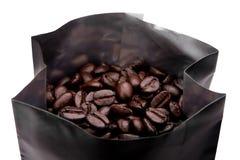 Chicchi di caffè in pacchetto Fotografie Stock Libere da Diritti