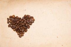 Chicchi di caffè rovesciati Caffè sotto forma di cuori fotografie stock libere da diritti