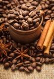 Chicchi di caffè in tazza immagini stock