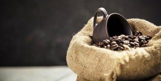Chicchi di caffè in sacco della tela da imballaggio fotografia stock