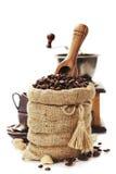 Chicchi di caffè in sacco della tela da imballaggio fotografie stock libere da diritti