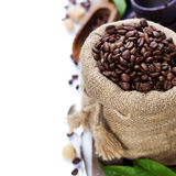 Chicchi di caffè in sacco della tela da imballaggio immagine stock libera da diritti