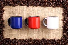 Chicchi di caffè, sizal e tazze Immagini Stock