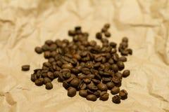 Chicchi di caffè su carta gialla Fotografie Stock