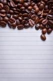 Chicchi di caffè su carta per le note Fotografia Stock