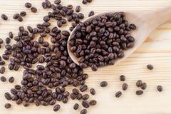 Chicchi di caffè su di legno Fotografia Stock