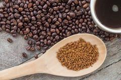 Chicchi di caffè su di legno Immagine Stock