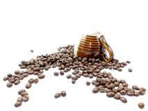 Chicchi di caffè su fondo bianco con una tazza di due toni isolata Fotografia Stock Libera da Diritti