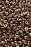 Chicchi di caffè su Gray Background neutrale Caffè scuro dell'arrosto Fotografia Stock Libera da Diritti