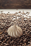Chicchi di caffè su Gray Background neutrale Caffè scuro dell'arrosto Mering Immagini Stock Libere da Diritti