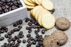 Chicchi di caffè su pane tostato Immagini Stock Libere da Diritti