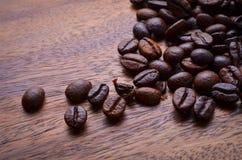 Chicchi di caffè su priorità bassa di legno Immagine Stock
