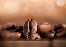 Chicchi di caffè su priorità bassa vaga Fotografie Stock Libere da Diritti