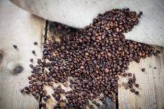 Chicchi di caffè su struttura di legno Immagini Stock