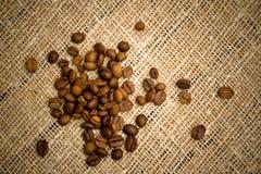 Chicchi di caffè su struttura di licenziamento immagine stock libera da diritti