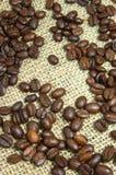 Chicchi di caffè su tela da imballaggio Immagini Stock Libere da Diritti
