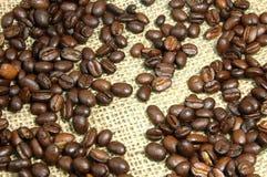 Chicchi di caffè su tela da imballaggio Immagine Stock