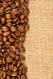 Chicchi di caffè su tela da imballaggio fotografia stock libera da diritti