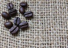 Chicchi di caffè su tela da imballaggio Fotografie Stock Libere da Diritti