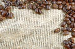 Chicchi di caffè su tela da imballaggio Immagine Stock Libera da Diritti
