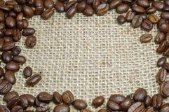 Chicchi di caffè su tela da imballaggio Immagini Stock