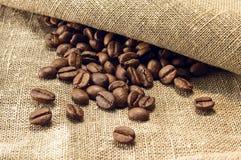 Chicchi di caffè su tela di canapa Immagine Stock