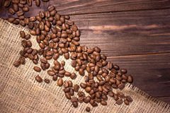Chicchi di caffè su un bordo di legno Fotografia Stock Libera da Diritti
