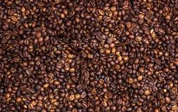 Chicchi di caffè su un bordo di legno Immagine Stock Libera da Diritti