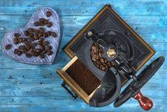 Chicchi di caffè su un fondo blu Fotografia Stock Libera da Diritti