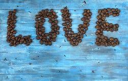 Chicchi di caffè su un fondo blu Fotografia Stock