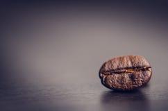 Chicchi di caffè su un fondo nero Chicchi di caffè di levitazione Prodotto granuloso Bevanda calda Fine in su Raccolta Sfondo nat Fotografie Stock Libere da Diritti