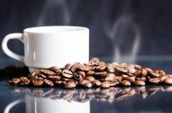 Chicchi di caffè su un fondo nero Chicchi di caffè grezzi Prodotto granuloso Bevanda calda Fine in su Raccolta Sfondo naturale En Fotografie Stock Libere da Diritti