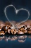 Chicchi di caffè su un fondo nero Chicchi di caffè grezzi Prodotto granuloso Bevanda calda Fine in su Raccolta Sfondo naturale En Immagine Stock Libera da Diritti