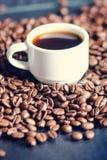 Chicchi di caffè su un fondo nero Chicchi di caffè grezzi Prodotto granuloso Bevanda calda Fine in su Raccolta Sfondo naturale En Fotografia Stock Libera da Diritti