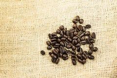 Chicchi di caffè su un sacco della tela da imballaggio Immagini Stock Libere da Diritti