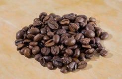 Chicchi di caffè su una priorità bassa bianca Fotografia Stock Libera da Diritti
