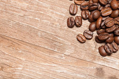 Chicchi di caffè su una vecchia tavola di legno per fondo Spazio per tex Fotografia Stock